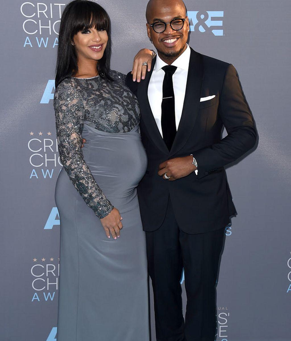 También embarazada Crystal Renay posando con Ne-Yo