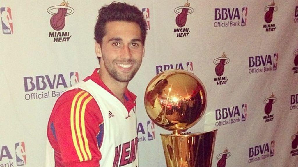 Arbeloa posa con el trofeo de campeón de la NBA