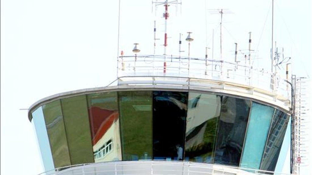 Un hombre habla por telefóno desde la Torre de control del aeropuerto de Bilbao, con el tráfico aéreo normalizado hoy. EFE