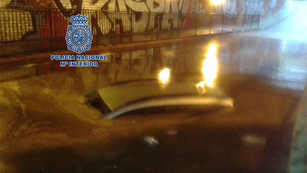 Rescatan a un padre y su hijo atrapados en un coche bajo las aguas