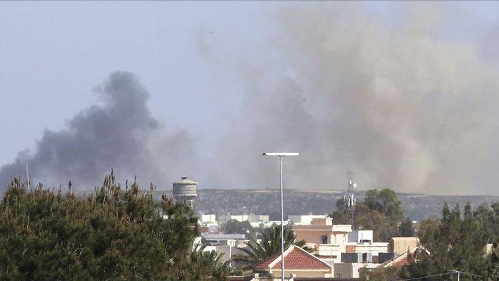 Columnas de humo salen de la ciudad de Trípoli, Libia, tras un ataque de las tropas aliadas de la OTAN, el pasado jueves. EFE