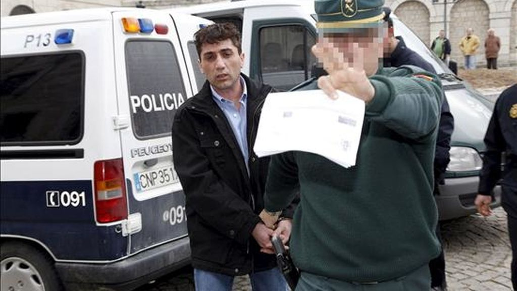 Un agente de la Guardia Civil conduce M.D.S.G.R. (i) a la Audiencia Provincial de Ávila, el día que iba a ser juzgado por el presunto homicidio de su novia el 25 de septiembre de 2005 en la capital abulense. EFE/Archivo