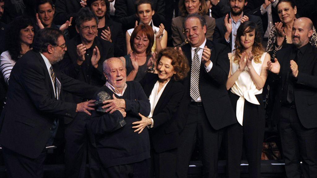 El veterano cineasta Jaime de Armiñán recibió su Goya de Honor de manos de Julia Gutiérrez Caba