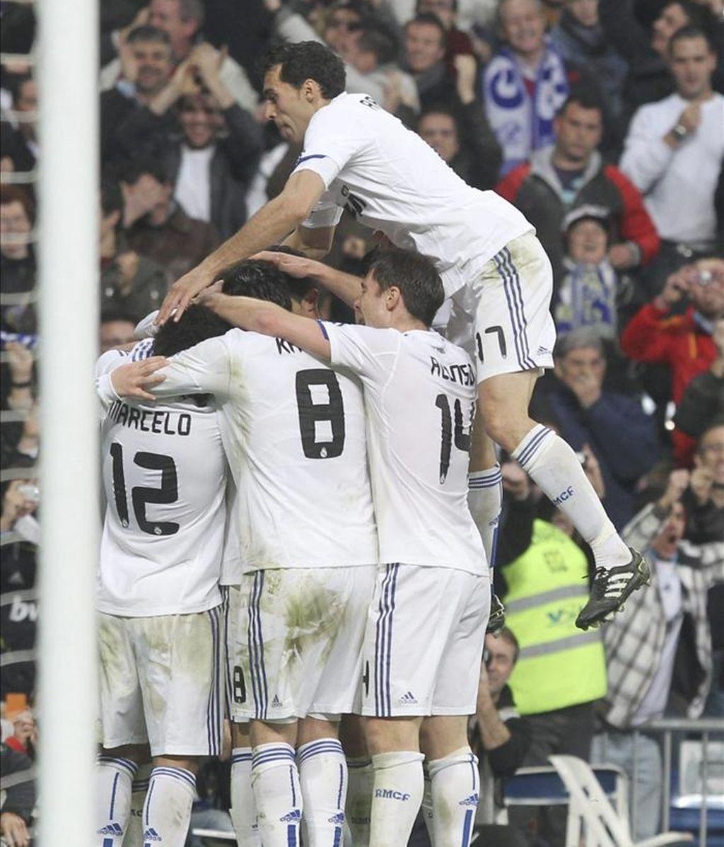 Los jugadores del Real Madrid celebran el tercer gol del equipo blanco, durante el partido de ida de los cuartos de final de la Copa del Rey. EFE