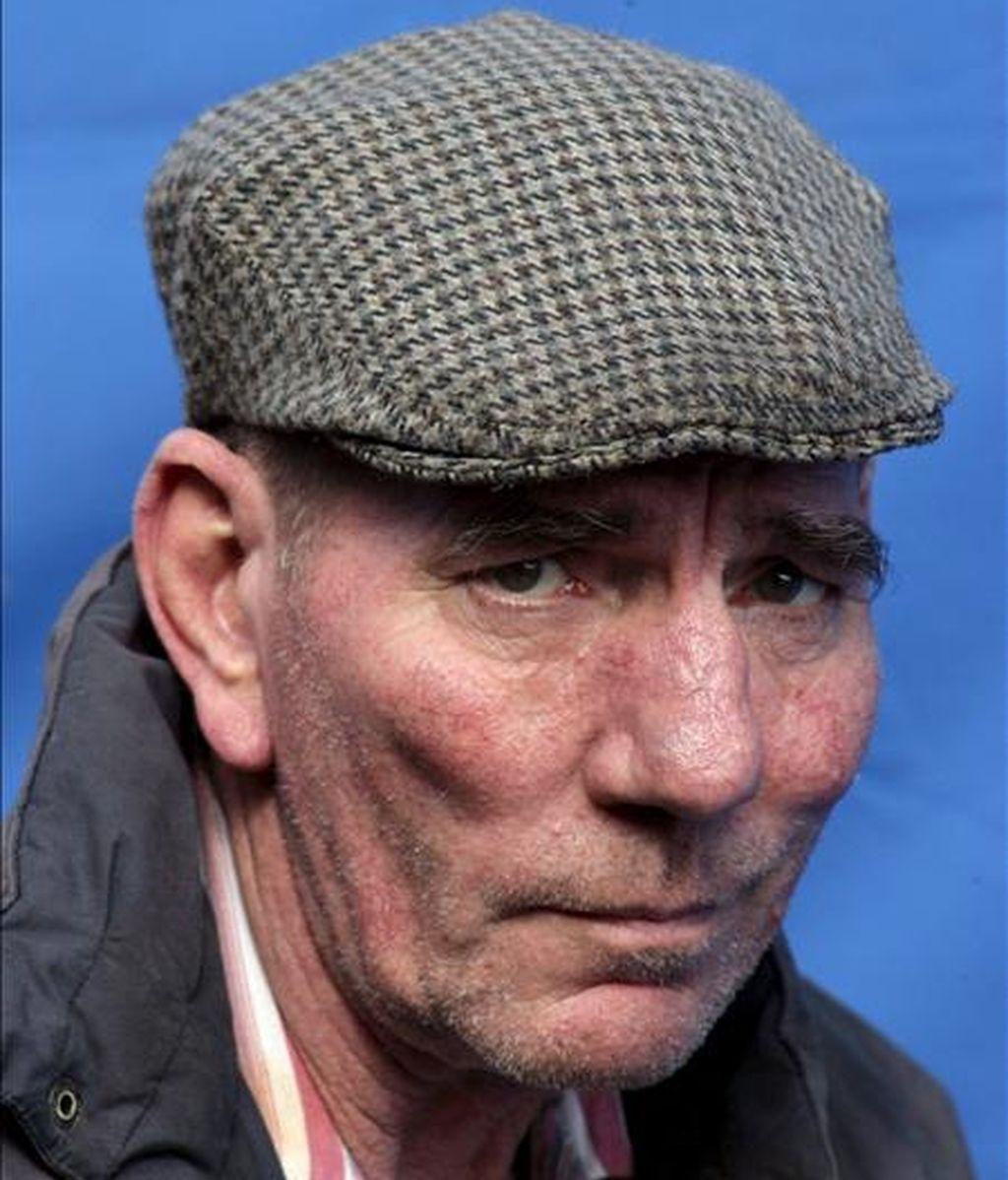 """Foto de archivo tomada el 20 de abril de 2006 del actor británico Pete Postlethwaite mientras posa para los fotógrafos durante el rodaje de la película """"Closing the Ring"""" en el norte de Belfast, Irlanda del Norte (Reino Unido). Según varios medios locales, Postlethwaite murió el 2 de enero de 2011 a los 64 años en un hospital de Shropshire tras una larga enfermedad. EFE"""
