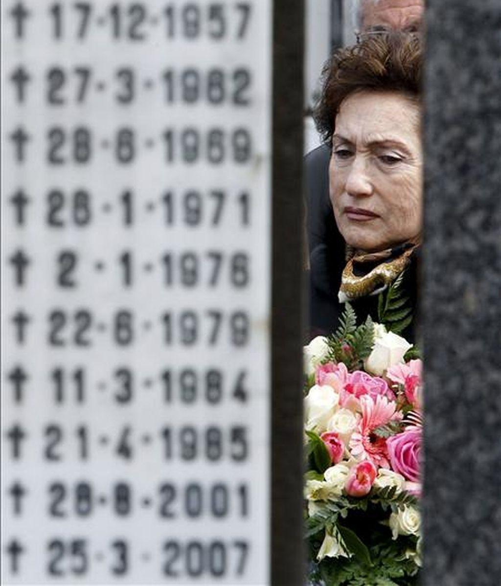 La viuda del abogado y dirigente socialista asesinado por ETA Fernando Múgica, Mapi Lasheras, asiste al homenaje a su marido celebrado en el cementerio de Polloe por el PSE-EE de Guipúzcoa, en el decimotercer aniversario del crimen. EFE