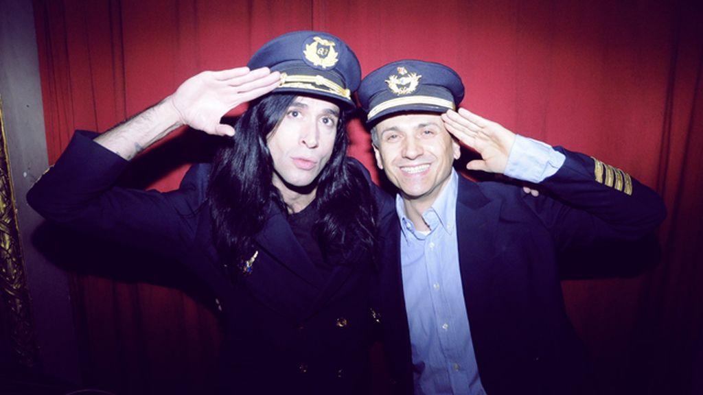 Los comandantes Vaquerizo y Mota nos dan la bienvenida al primer vuelo de Shhh Cabaret Las Vegas Airlines