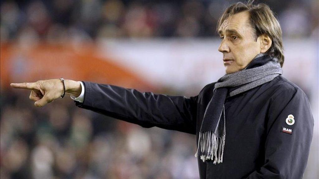 El entrenador del Racing de Santander, Miguel Angel Portugal, se dirige a sus jugadores desde la banda, durante el encuentro, correspondiente a la vigésimo primera jornada de la Liga de Primera División. EFE/Archivo