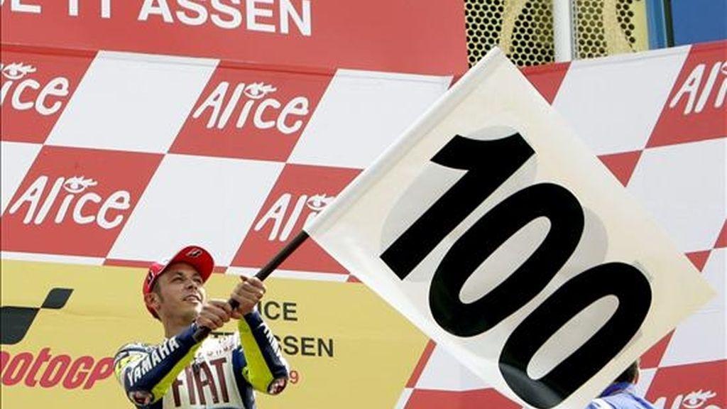 El italiano Valentino Rossi celebra sobre el podio de Assen su victoria número 100. EFE