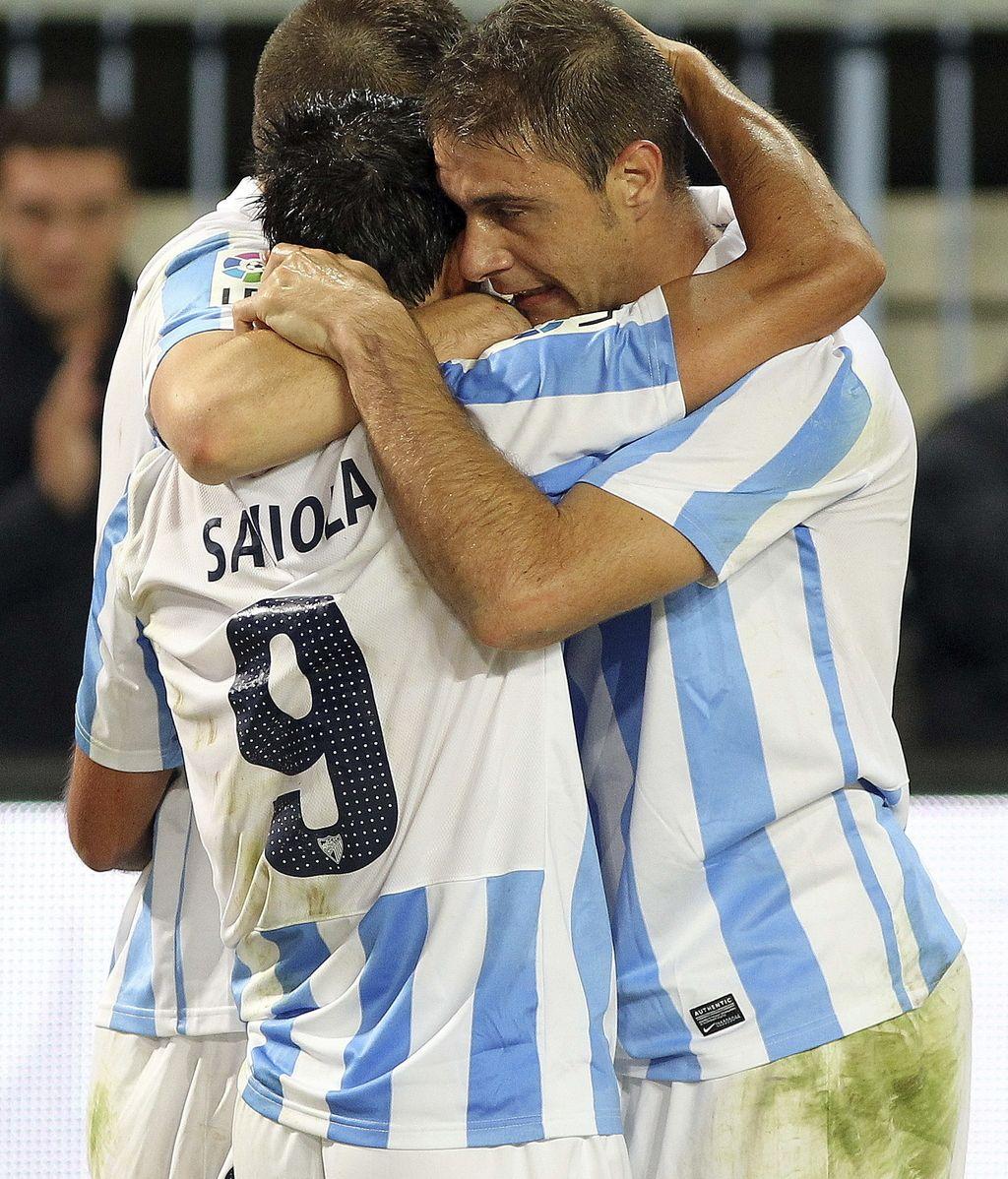 El delantero argentino del Málaga Javier Pedro Saviola (i) celebra con su compañero Joaquín Sánchez (d) el gol marcado ante el Valencia