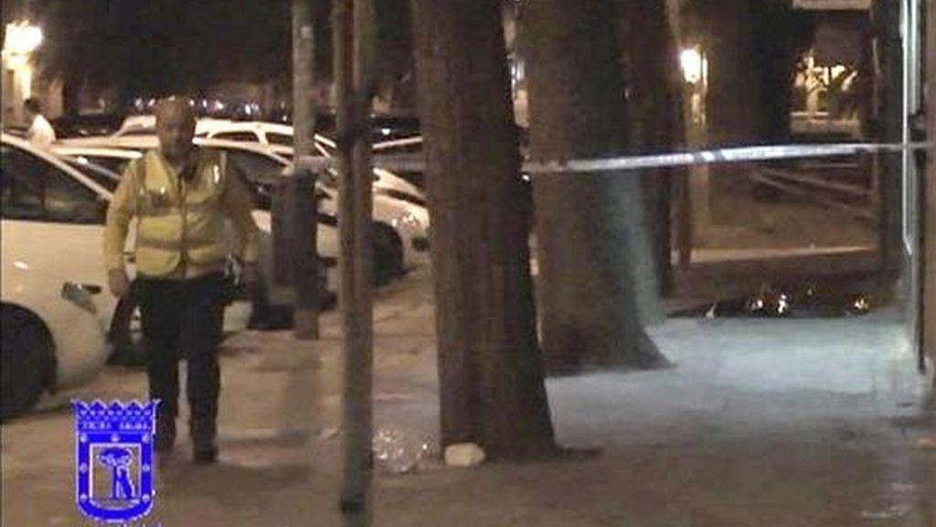 Precinto policial junto al lugar en el que un hombre de unos 30 años, cuya identidad no ha sido facilitada, ha muerto esta madrugada tras recibir un tiro en la espalda frente al número 38 de la calle Juan Español, en el distrito madrileño de Usera. EFE