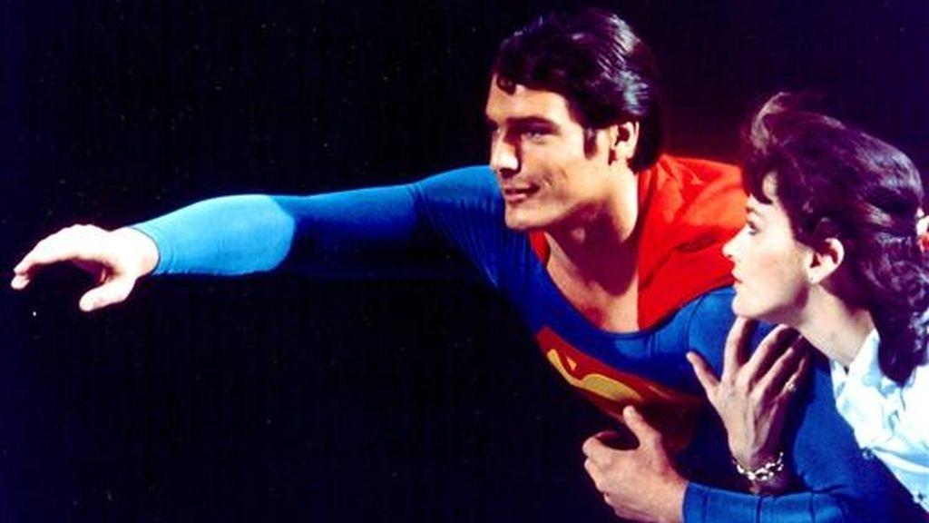 Un traje de Superman que llevó el fallecido actor estadounidense Christopher Reeve será subastado en Melbourne el próximo 24 de mayo. En la imagen de archivo de octubre de 2004, el actor junto a la actriz Margot Kidder. El actor murió a los 52 años en Nueva York tras quedar tetrapléjico. EFE/Archivo