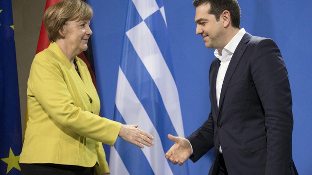 Tsipras y Merkel hablan por teléfono tras sellar el acuerdo para el tercer rescate