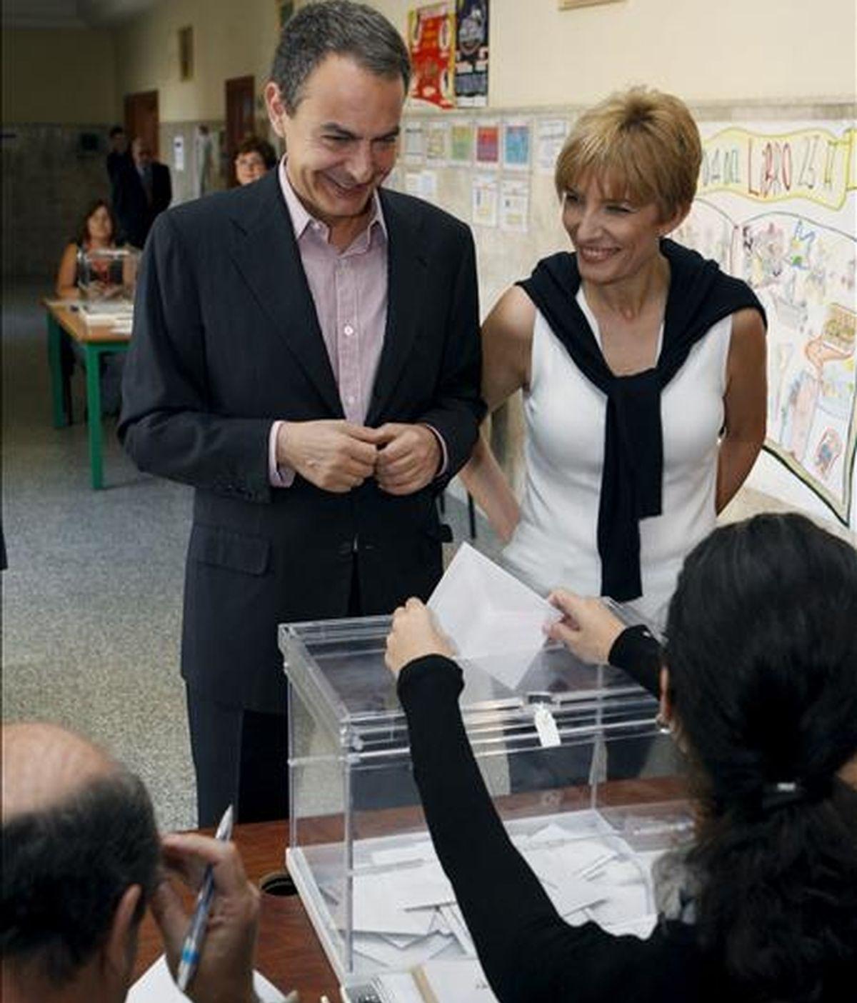 El presidente del Gobierno, José Luis Rodríguez Zapatero, acompañado de su esposa, Sonsoles Espinosa, durante su votación para las elecciones al Parlamento Europeo, hoy en el colegio Nuestra Señora del Buen Consejo de Madrid. EFE
