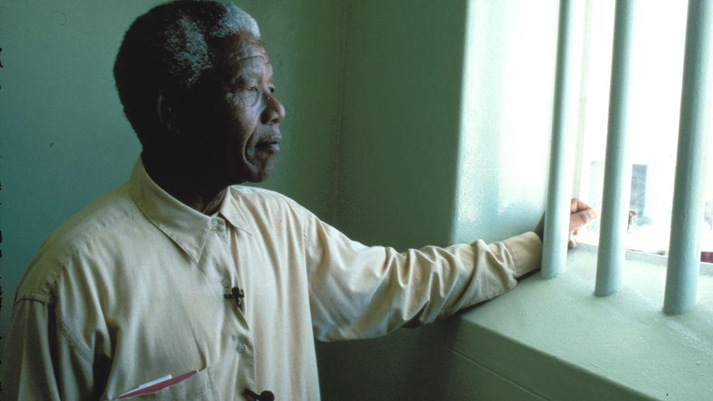 Mandela, durante una visita a la cárcel en la que permaneció 17 años