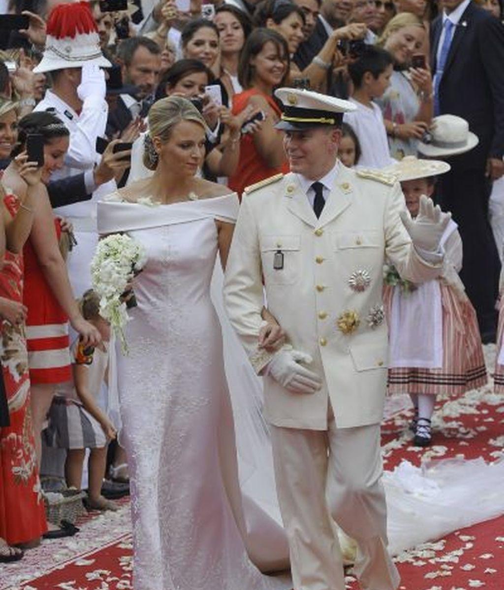 Los recién casados salen del palacio Grimaldi