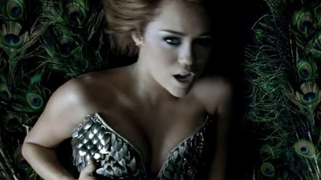 De chica Disney a mujer provocativa y sexy en el vídeo de 'Can't be tamed'