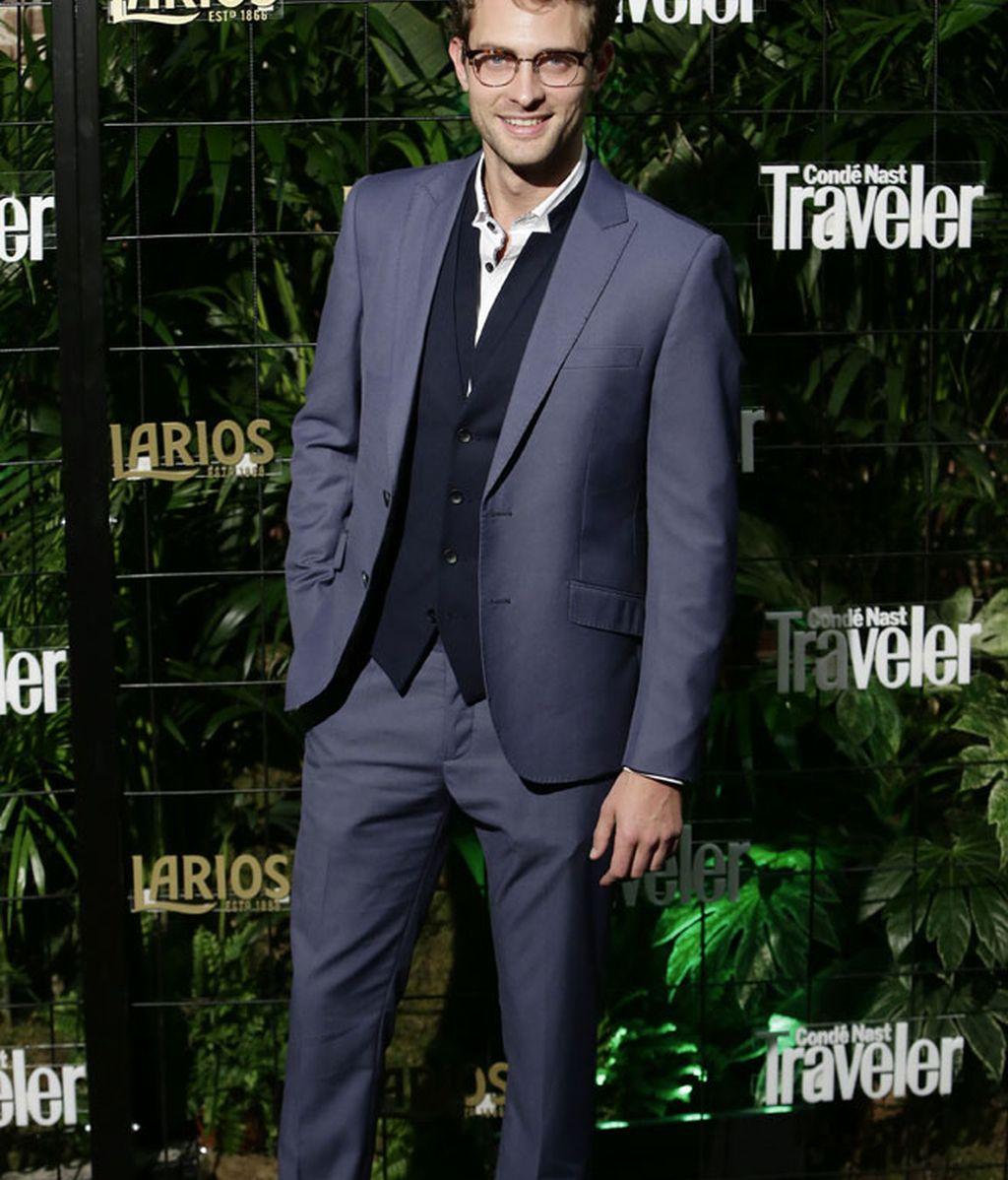 Peter Vives y su traje azul ¡con chaleco!