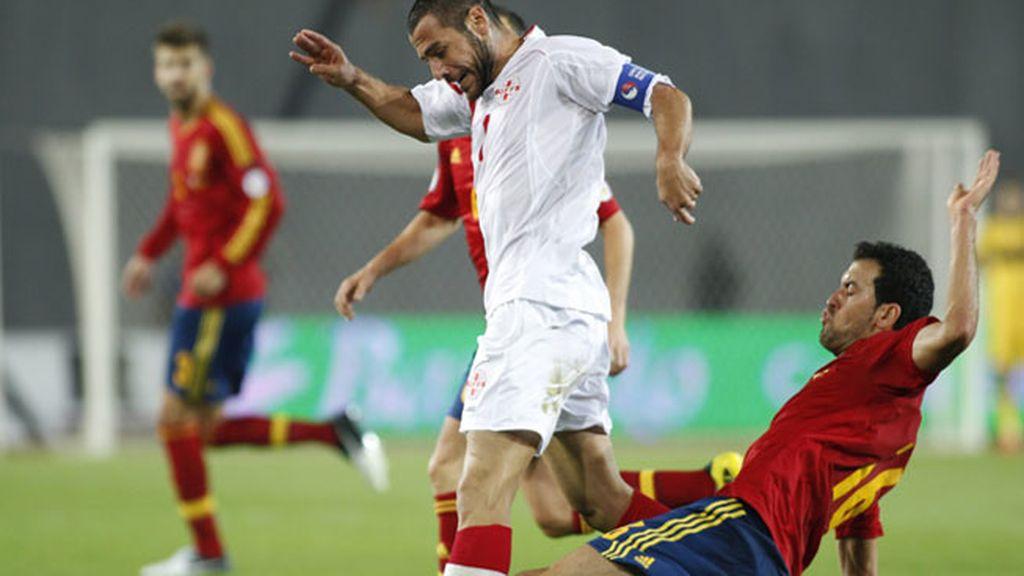 Sergio Busquets roba el balón a Jaba Kankava