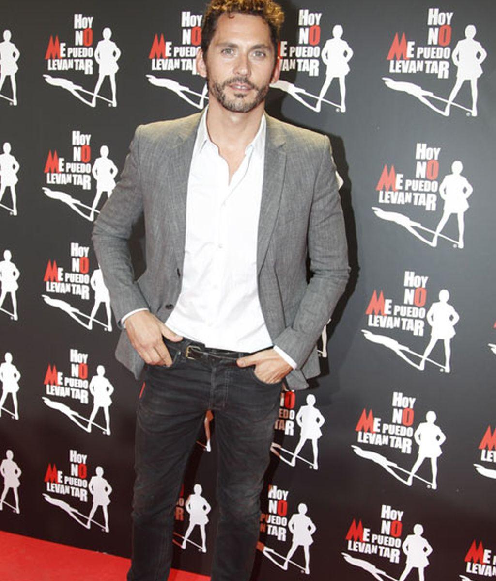 Paco León lució una americana gris y camisa blanca