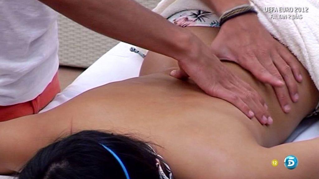 Dani disfrutó de lo lindo masajeando la espalda de Mary Joy