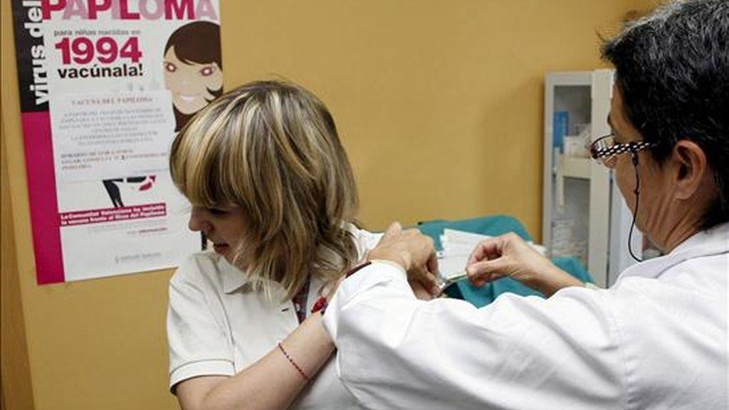 Una niña recibe esta mañana la vacuna contra el virus del papiloma humano (VPH) en Alicante. EFE/Archivo