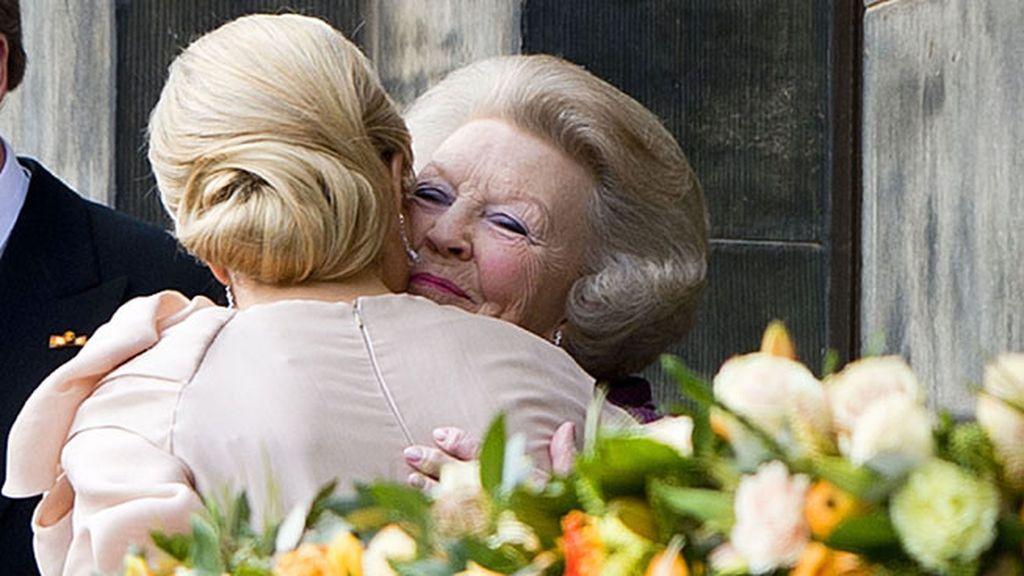 Abrazo entre la anterior reina y la reina consorte