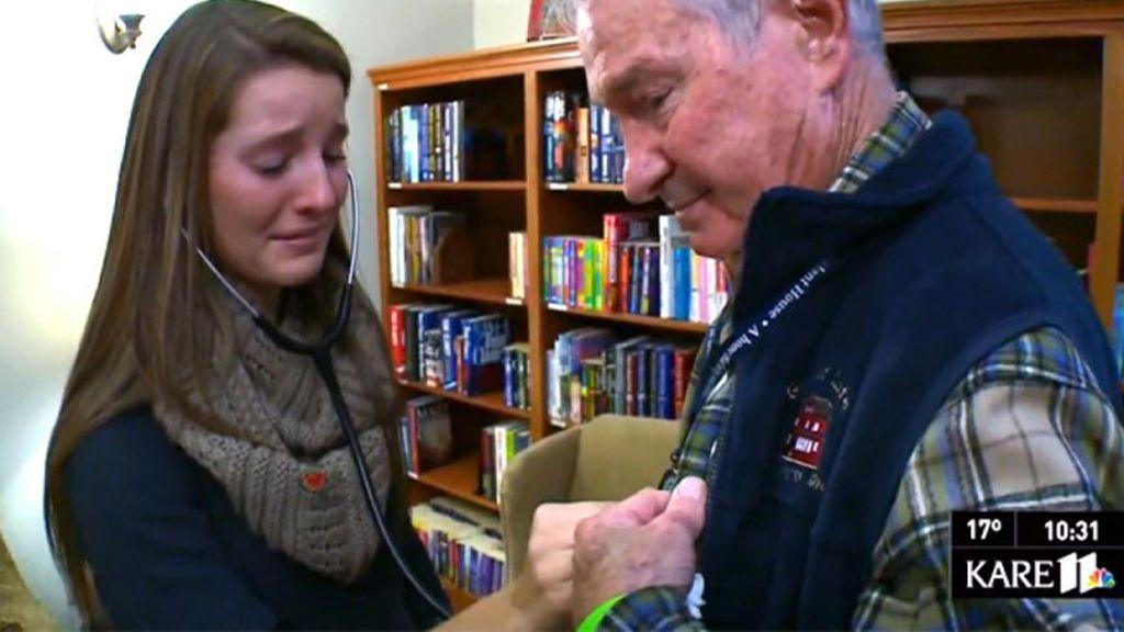 Una familia escucha el corazón de su hijo en el pecho de un veterano de guerra