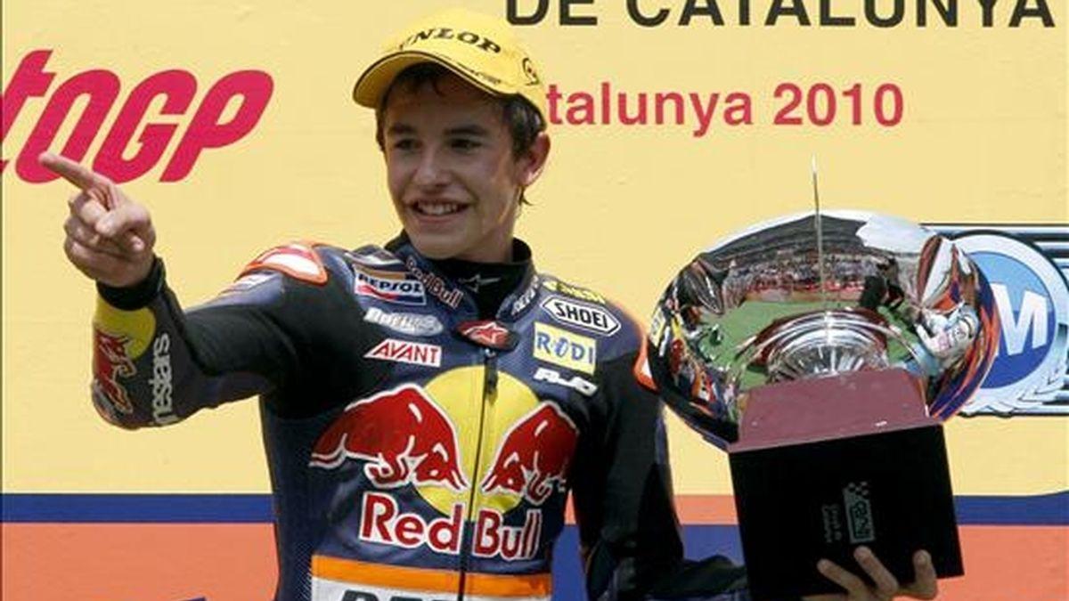 El piloto español de 125cc. Marc Márquez celebra en el podio su victoria en el Gran Premio de Cataluña que se celebró hoy en el Circuito de Catalunya en Montmeló (Barcelona). EFE