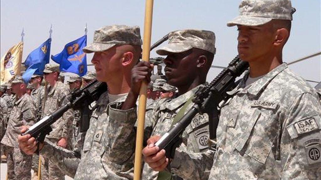 Soldados estadounidenses durante una ceremonia celebrada en la base militar de Kandahar, Afganistán, el pasado 15 de mayo. EFE/Archivo