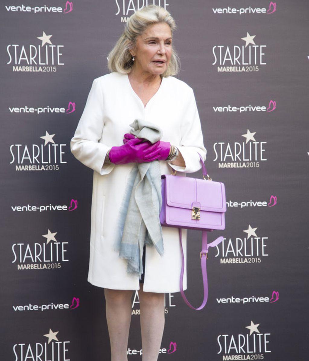 Beatrice D'Orleans posó con guantes rosa fucsia a juego con el logo del evento