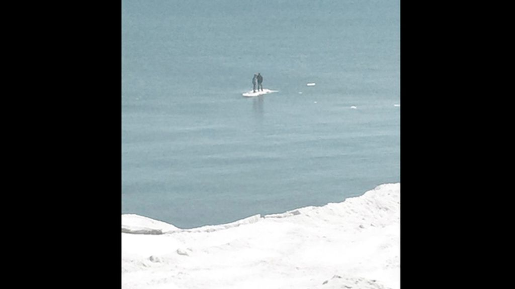 Dos jóvenes se quedan atrapados en medio del Lago Michigan flotando en un iceberg