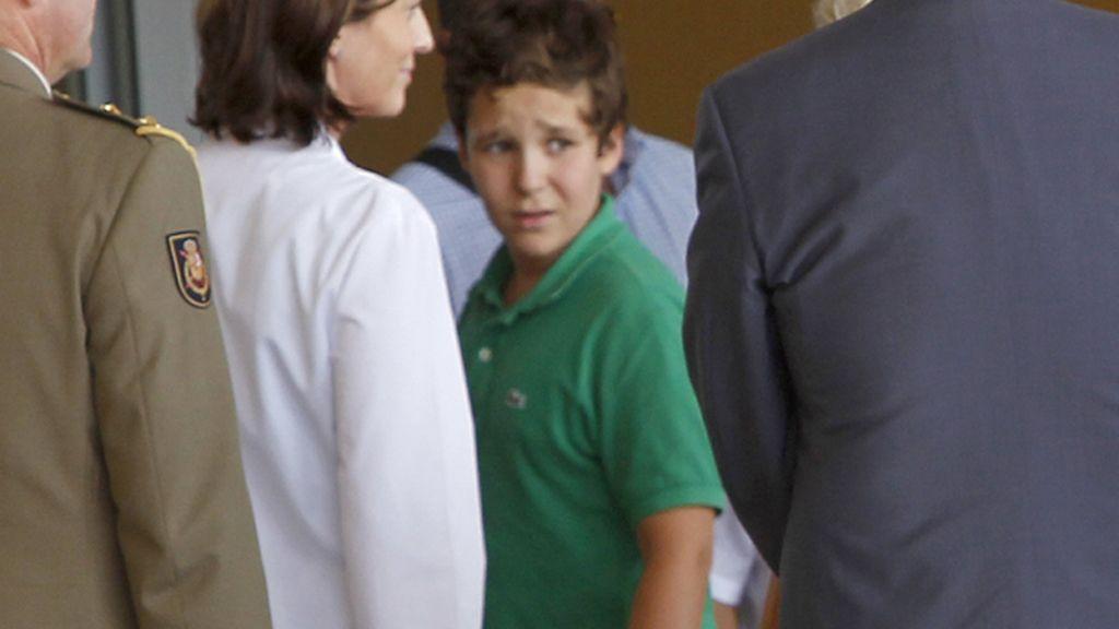 Froilán, el nieto mayor de don Juan Carlos, a su llegada a la clínica Quirón