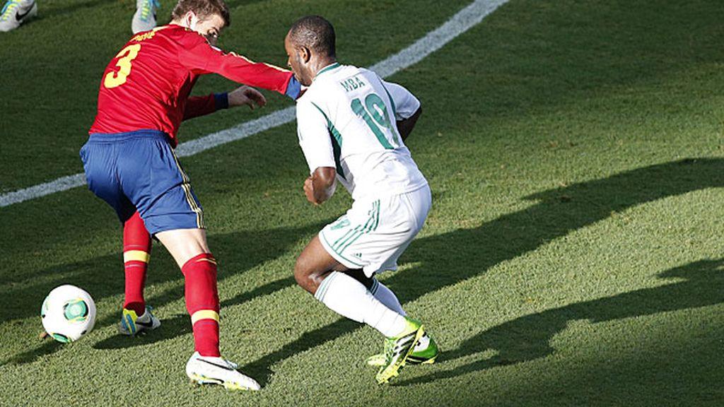 Piqué frena a un jugador nigeriano
