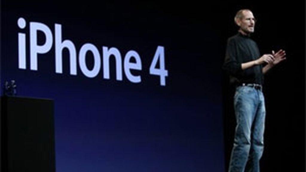 Steve Jobs presenta el iPhone 4G.