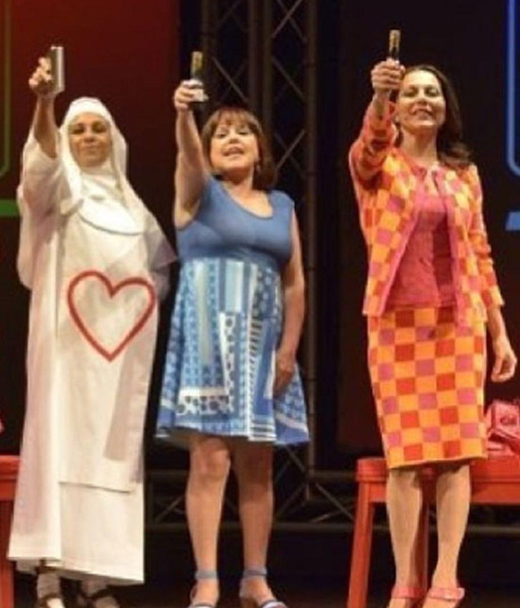 Lolita Flores, de monja, junto a Loles León y Fabiola Toledo