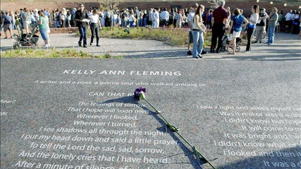 Fotografía de septiembre de 2007 en la que se ve el monumento en memoria de las víctimas de la masacre de la Escuela Secundaria de Columbine, en el Memorial Clement Park en Littleton, Colorado (EE.UU.). EFE/Archivo