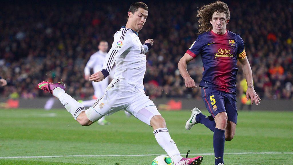 Cristiano Ronaldo disputa y balón con Puyol durante las semifinales de la Copa del Rey