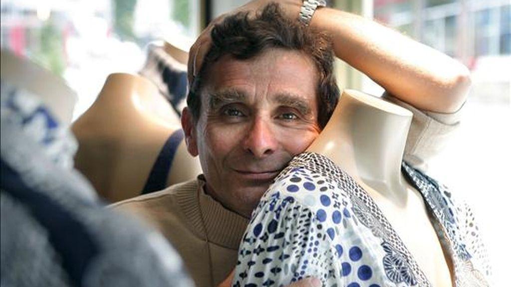 El diseñador y empresario textil Adolfo Domínguez junto a uno de sus diseños. EFE/Archivo