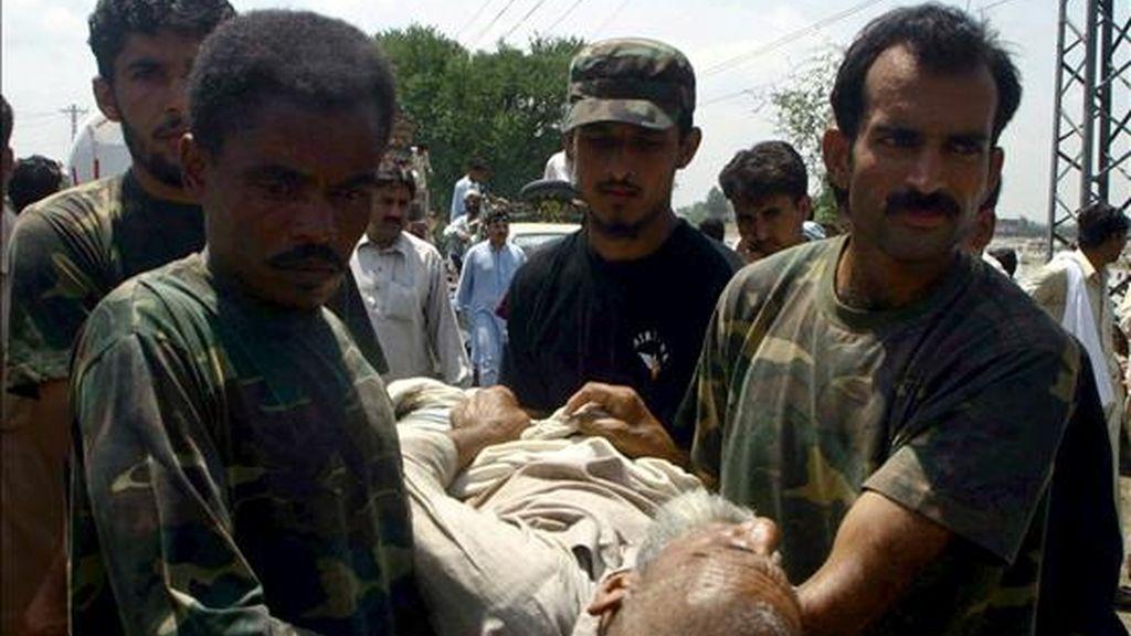 Soldados paquistaníes evacúan a los habitantes de las zonas inundadas de Nowshera, Pakistán. EFE