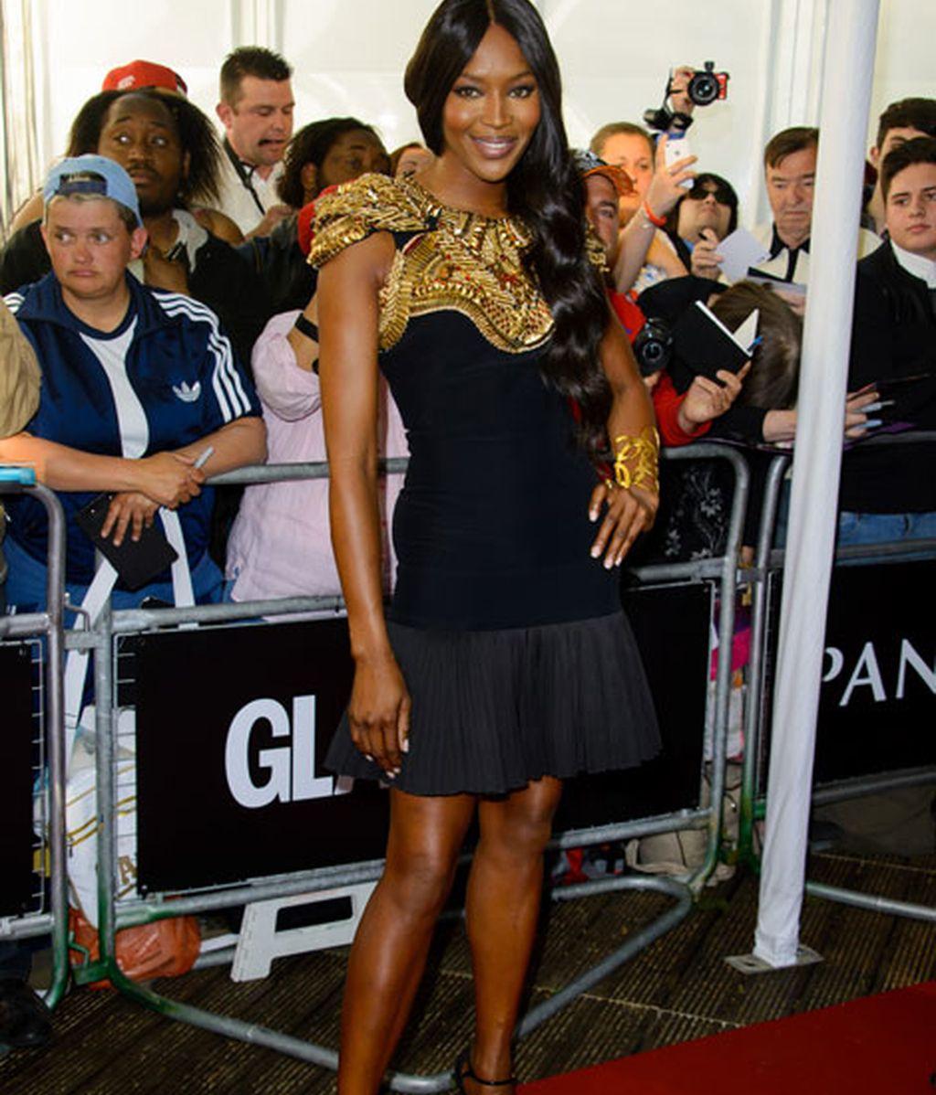 Naomi Campbell lució un vestido negro con coraza en bronce y dorado
