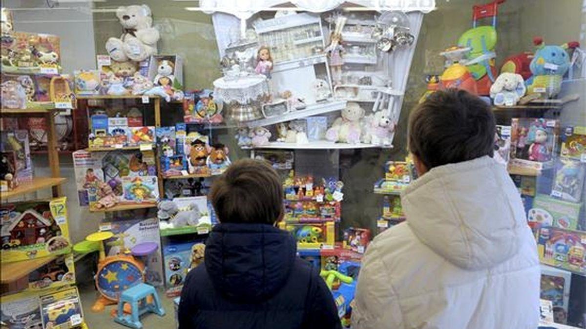 Niños mirando un escaparate lleno de juguetes. EFE/Archivo