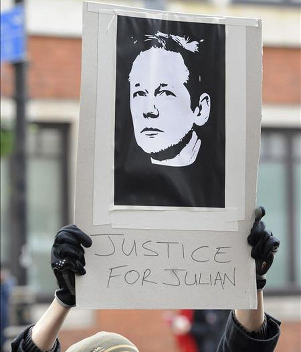 Un ciudadano pide justicia para el fundador de WikiLeaks, Julian Assange, a las puertas del Juzgado de Primera Instancia de Westminster en Londres (Reino Unido) ayer, 7 de diciembre de 2010. Numerosas personalidades se han ofrecido a avalar la fianza de Assange, entre ellos, Ken Loach, John Pilger, y la millonaria Jemima Khan. EFE