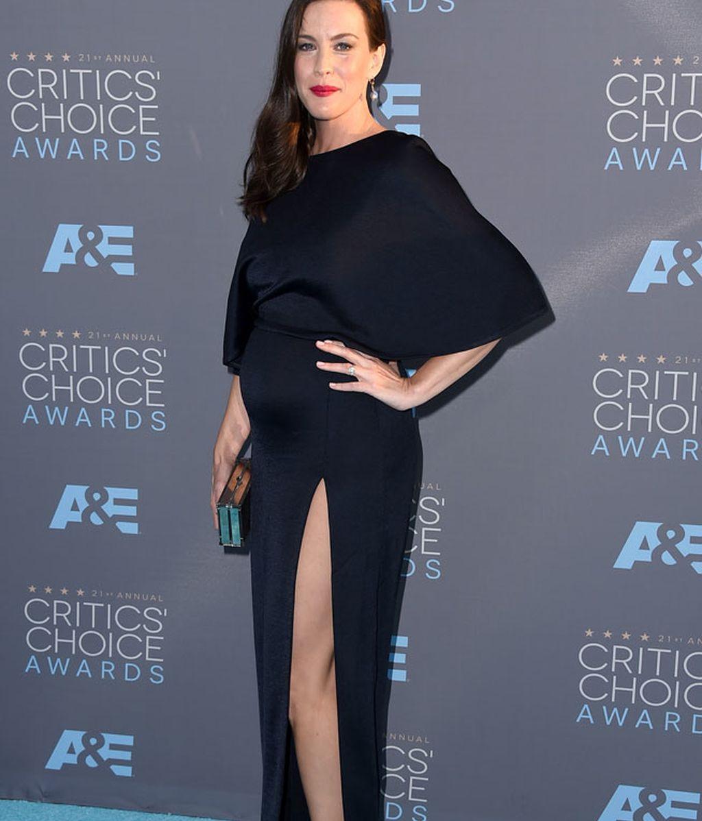 Liv Tyler marcando embarazo con un vestido azul oscuro