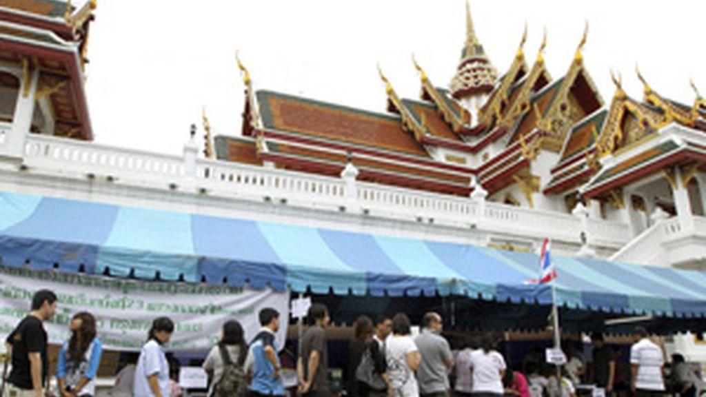 Votantes tailandeses hacen cola para ejercer su derecho al voto FOTO: EFE