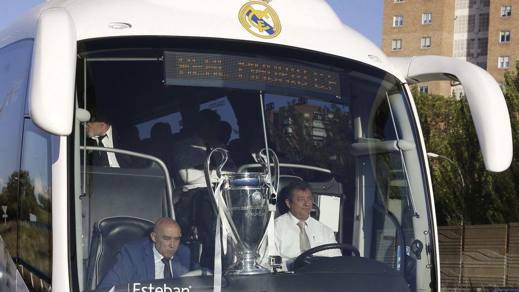 El autocar del Real Madrid, rumbo a otro baño de multitudes