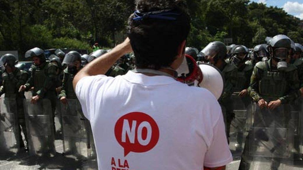 Un grupo de estudiantes bloquea la circulación en la principal autopista de Caracas (Venezuela) en rechazo a la enmienda constitucional. Foto:EFE