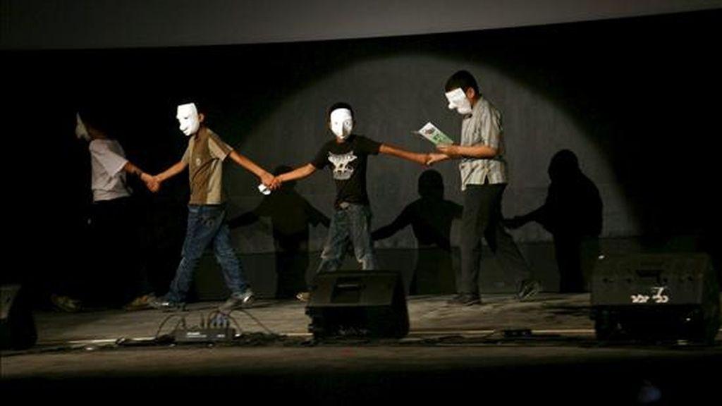 Niños palestinos se retiran tras presentar la película que ha sido proyectada en el cine de la ciudad cisjordana de Jenin, durante su primer día de apertura tras 23 años cerrado, hoy, jueves, 5 de agosto de 2010. El cine fue construido en la década de los 60 y fue cerrado en 1987 durante la primera Intifada. El ministerio alemán de Exteriores donó 340.000 euros para las obras de renovación del edificio. EFE