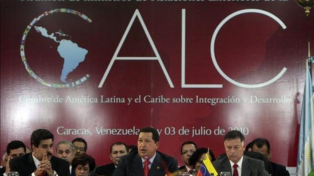 Fotografía cedida por el Palacio de Miraflores que muestra al presidente de Venezuela, Hugo Chávez (2d), junto al canciller venezolano, Nicolás Maduro (i), durante su participación en la reunión de la CELAC. EFE