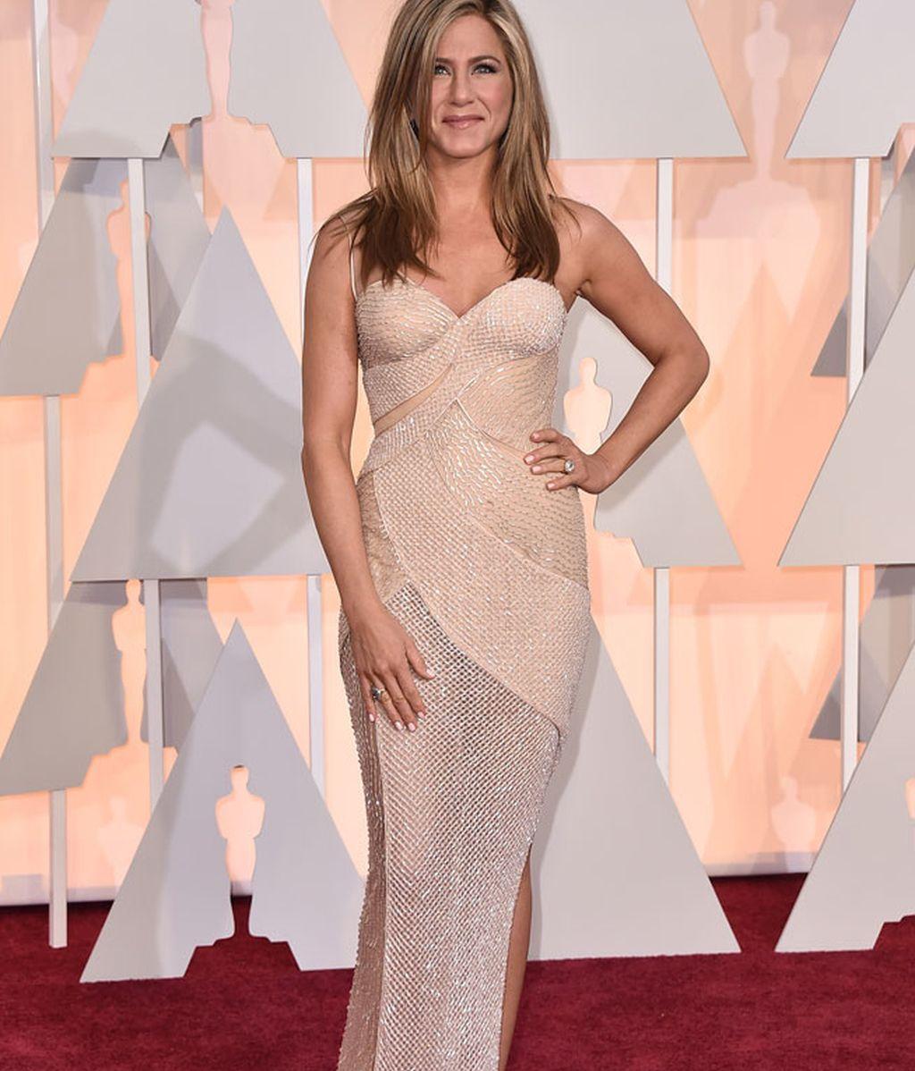 Jennifer Aniston con vestido de Atelier Versace